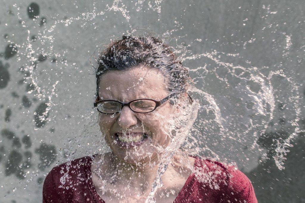 冷やされる女性の画像